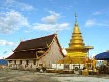 Pagoda de oro en templo tailandés Imágenes de archivo libres de regalías
