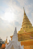 Pagoda de oro en Wat Phra That Khao Noi, provincia de NaN Imagen de archivo
