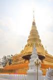 Pagoda de oro en Wat Phra That Khao Noi, provincia de NaN Fotografía de archivo libre de regalías