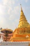 Pagoda de oro en Wat Phra That Khao Noi, provincia de NaN Fotos de archivo