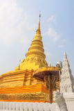 Pagoda de oro en Wat Phra That Khao Noi, provincia de NaN Fotografía de archivo