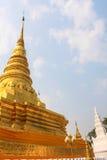 Pagoda de oro en Wat Phra That Khao Noi, provincia de NaN Foto de archivo