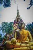Pagoda de oro hermosa con bella arte tailandesa decorativa del estilo en el templo budista público de Wat Phu Phlan Sung, Nachalu fotos de archivo