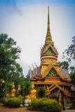 Pagoda de oro hermosa con bella arte tailandesa decorativa del estilo en el templo budista público de Wat Phu Phlan Sung, Nachalu imagenes de archivo