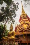 Pagoda de oro hermosa con bella arte tailandesa decorativa del estilo en el templo budista público de Wat Phu Phlan Sung, Nachalu imágenes de archivo libres de regalías