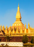 Pagoda de oro magnífica con el cielo azul antes de la puesta del sol Fotos de archivo libres de regalías