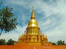Pagoda de oro, Mahasarakham en Tailandia foto de archivo libre de regalías