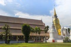 Pagoda de oro y blanca en templo foto de archivo