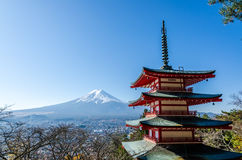 Pagoda de paix de Chureito, construite sur un sommet faisant face au Mt fuji photo stock