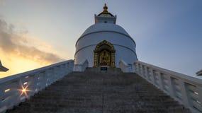 Pagoda de paix du monde dans Pokhara photographie stock libre de droits