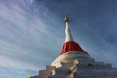 Pagoda de penchement sous le ciel nuageux photo libre de droits
