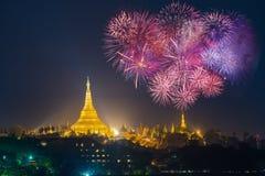 Pagoda de Shwedagon avec avec le jour de l'an 20 de célébration de feux d'artifice Image stock