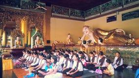 Pagoda de Shwedagon de la adoración de los controles de Myanmar Imagenes de archivo