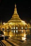 Pagoda de Shwedagon en la noche Imágenes de archivo libres de regalías