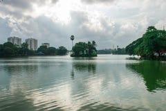 Pagoda de Shwedagon et lac de kandawgyi Image stock