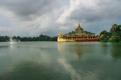 Pagoda de Shwedagon et lac de kandawgyi Photos libres de droits