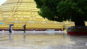 Pagoda de Shwemawdaw Paya à pleuvoir le timein Bago, Myanmar clips vidéos