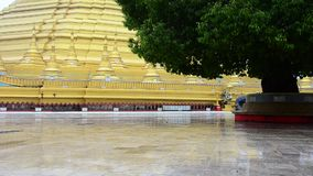 Pagoda de Shwemawdaw Paya à pleuvoir le timein Bago, Myanmar banque de vidéos