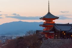 Pagoda de temple de Kiyomizu pendant le coucher du soleil, Kyoto, Japon Photographie stock libre de droits