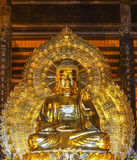 Pagoda de Vietnam Chua Bai Dinh: Estatua de oro gigante de Buda en temporeros fotos de archivo libres de regalías