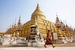 Pagoda de Walking Around Shwezigon de moine bouddhiste dans Bagan, Myanmar photographie stock
