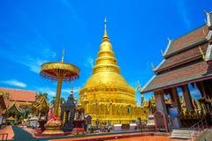 Pagoda de Wat Phrathat Hariphunchai Golden Imagenes de archivo