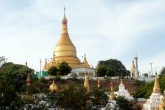 Pagoda de Yat del kyat de Shwe en la colina cerca del río de Ayeyarwady en Myanmar Imágenes de archivo libres de regalías