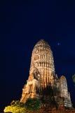 Pagoda del watchiwattanaram alla notte immagine stock