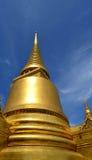 Pagoda dell'oro con cielo blu fotografia stock