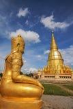 Pagoda dell'oro con la statua della dea dell'oro Fotografia Stock