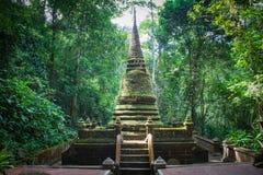 Pagoda di Alongkorn Chedi situata in foresta pluviale del parco nazionale di Namtok Phlio vicino alla cascata di Phlio alla provi Fotografie Stock