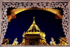 Pagoda di Goldent in cima alla montagna di Suthap. Fotografie Stock Libere da Diritti