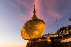 Pagoda di Kyaiktiyo o di Kyaikhtiyo, roccia dorata, Myanmar con i pellegrini durante il tramonto immagine stock libera da diritti
