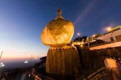 Pagoda di Kyaiktiyo o di Kyaikhtiyo, roccia dorata, Myanmar con i pellegrini durante il tramonto fotografia stock libera da diritti