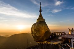 Pagoda di Kyaiktiyo o di Kyaikhtiyo, roccia dorata, Myanmar con i pellegrini durante il tramonto immagini stock libere da diritti