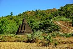 Pagoda di Mong Paung Shwe Gu sul pendio di collina, Mrauk U, stato di Rakhine, Myanmar fotografie stock