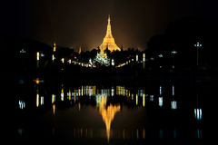 Pagoda di Shwedagon alla notte in Rangoon Fotografia Stock