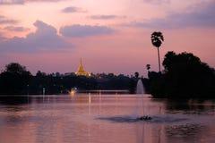 Pagoda di Shwedagon sopra il lago Kandawgyi Fotografie Stock Libere da Diritti
