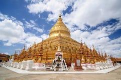 Pagoda di Shwezigon con cielo blu Immagini Stock Libere da Diritti