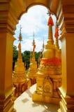 Pagoda dorata al tempio di vantaggio del sawang di PA di Wat Fotografie Stock