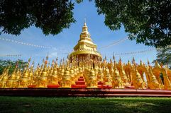 Pagoda dorata al tempio di vantaggio del sawang di PA di Wat Fotografia Stock