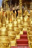 Pagoda dorata al tempio di vantaggio del sawang di PA di Wat Immagine Stock