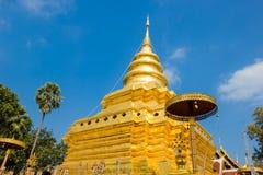 Pagoda dorata alla cinghia di Wat Phra That Sri Chom immagine stock libera da diritti