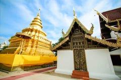 Pagoda dorata alla cinghia di Wat Phra That Sri Chom, provincia di Chiangmai, Tailandia Fotografia Stock