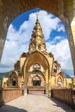 Pagoda dorata con il cielo della nuvola fotografie stock libere da diritti