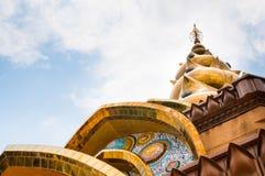 Pagoda dorata con la tessera in Petchabun, Tailandia Fotografie Stock Libere da Diritti