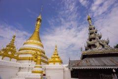 Pagoda dorata e tempio di legno Fotografie Stock Libere da Diritti