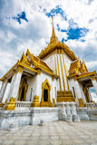 Pagoda dorata gigante di immagine di Buddha Immagini Stock