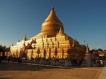 Pagoda dorata nel bagno nella luce solare Fotografie Stock