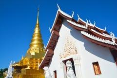 Pagoda dorata Phra che tempio di Chae Haeng a Nan, Tailandia fotografia stock libera da diritti